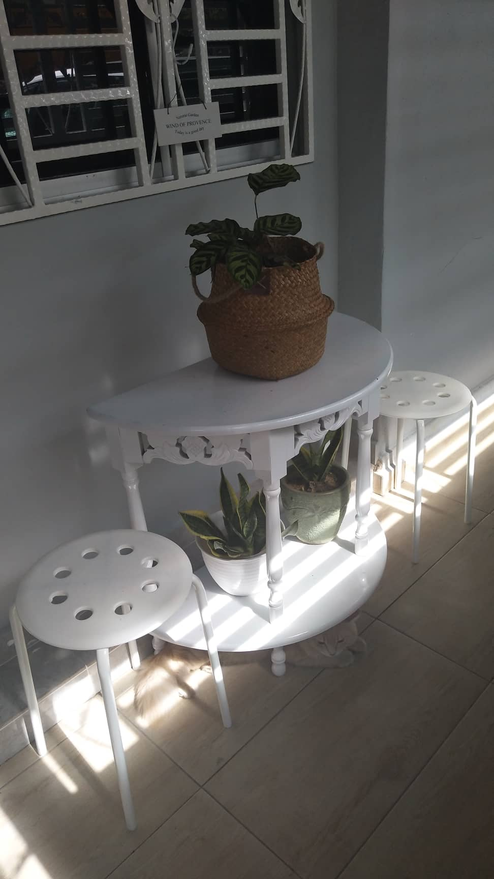 Terdapat juga meja kecil berserta dua kerusi untuk memudahkan tetamu memakai kasut. Meja juga dihiasi tumbuhan hijau agar kediaman tampak segar.