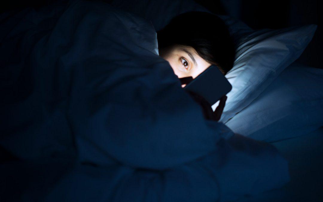 5 Risiko Jika Selalu Main Telefon Sebelum Tidur, Kesannya Buat Kamu Menderita