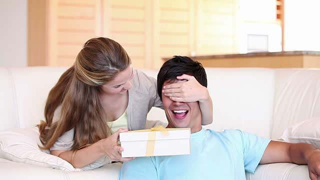 Hey Isteri! Ini 5 Hadiah Buat Suami Sempena Ulang Tahun Perkahwinan